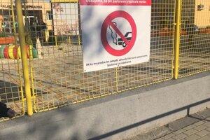 Na plote školy pribudli oznamy apelujúce na vodičov.