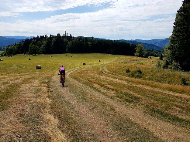 Z Donovalov po hrebeni na Šachtičky