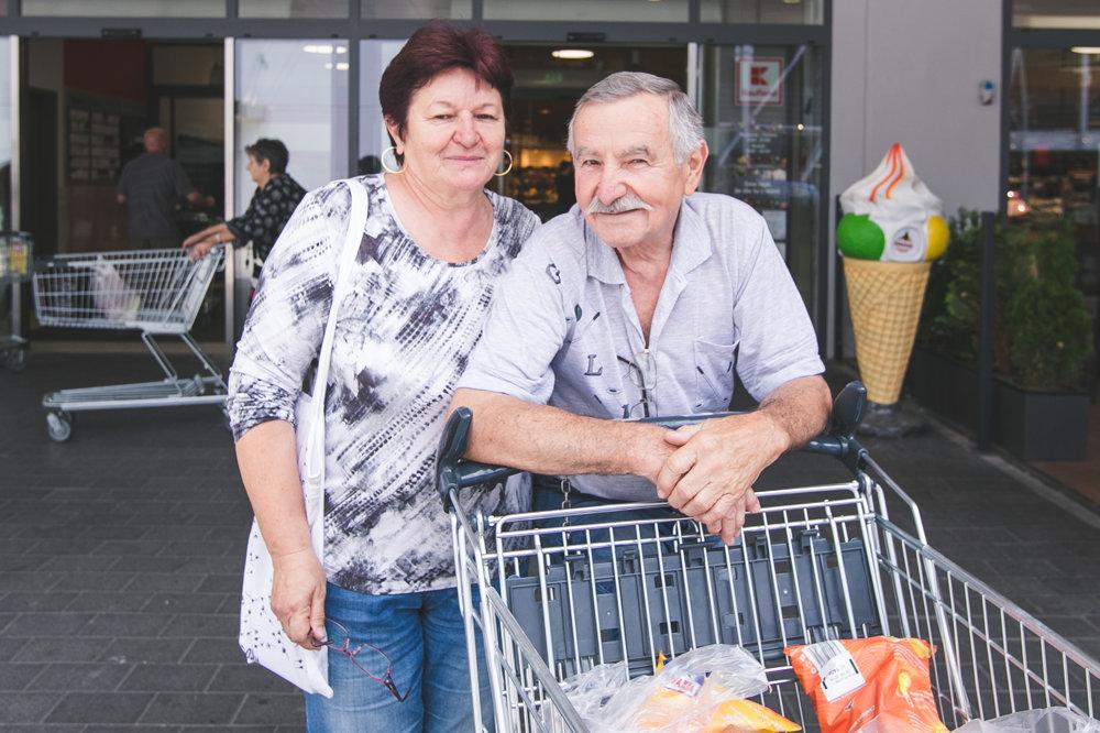 Manželia si pripravujú zoznam, podľa ktorého spravia väčší nákup raz do týždňa.
