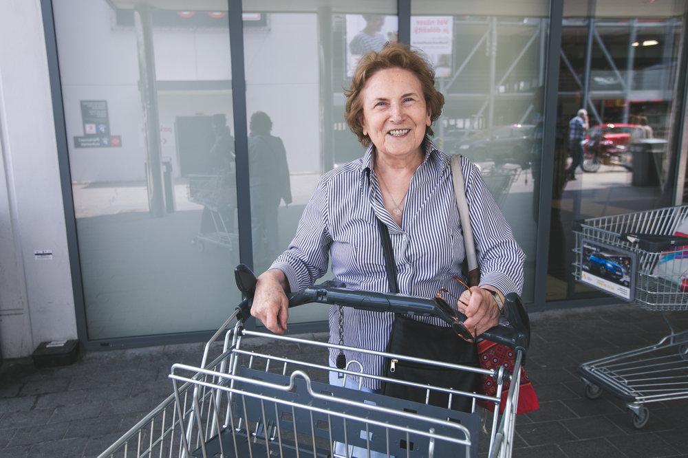 Dôchodkyni Anne v košíku nesmú chýbať slovenské výrobky.
