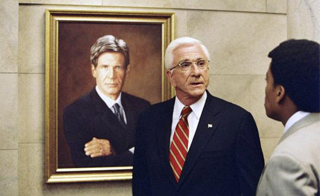 Leslie Nielsen pred obrazom Harrisona Forda ako prezidenta USA.