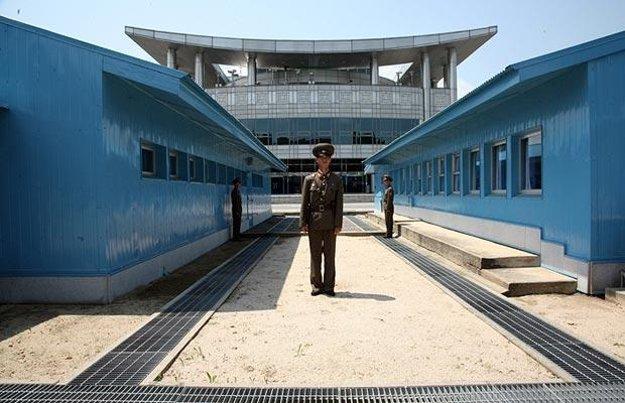 Sevgerokórejský vojak na hranici v Demilitarizovanej zóne
