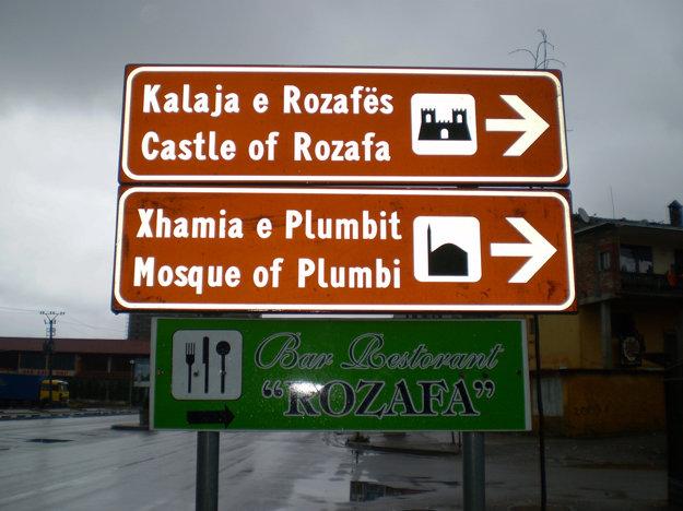 Nápisy v Albánčine a Angličtine