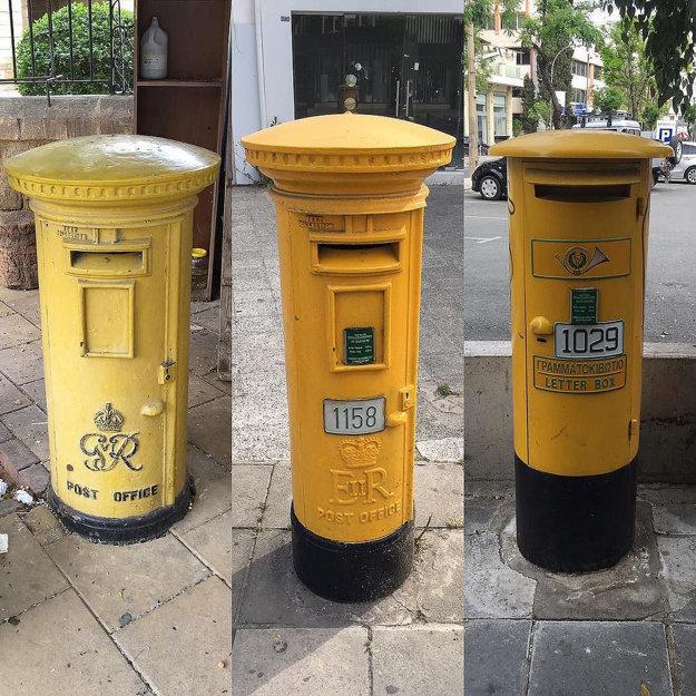 Cyperské poštové schránky a ich vývin postupom času. Vidno, že staršie schránky sú tradičné britské stĺpové schránky premaľované nažlto.