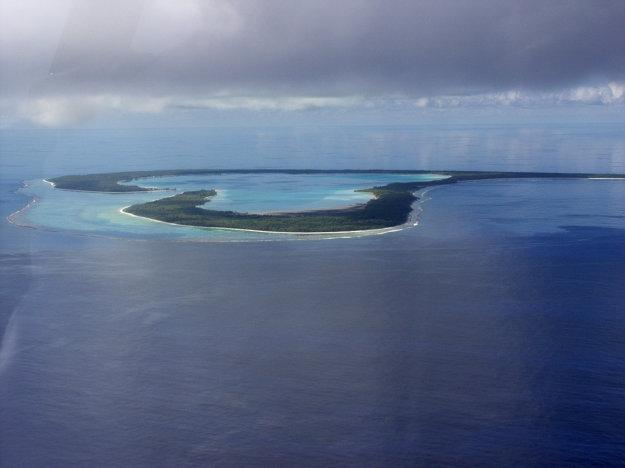 Ostrov Tupai. Celkom by sa tam hodili čičmanské drevenice.
