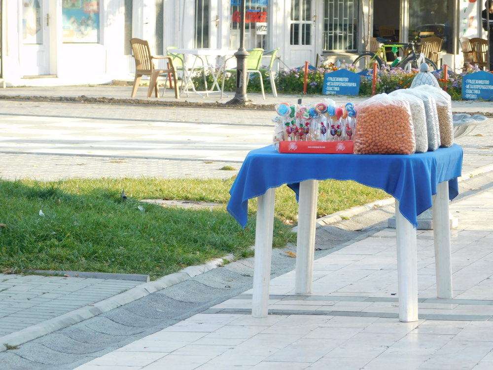 Typický pohľad na každej ulici - orechy, pečené gaštany, korenie.