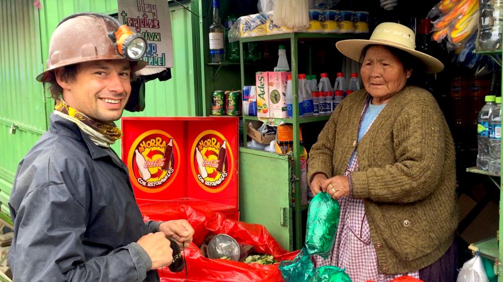 Maťo kupuje koku ako dar pre miestnych baníkov v Potosí