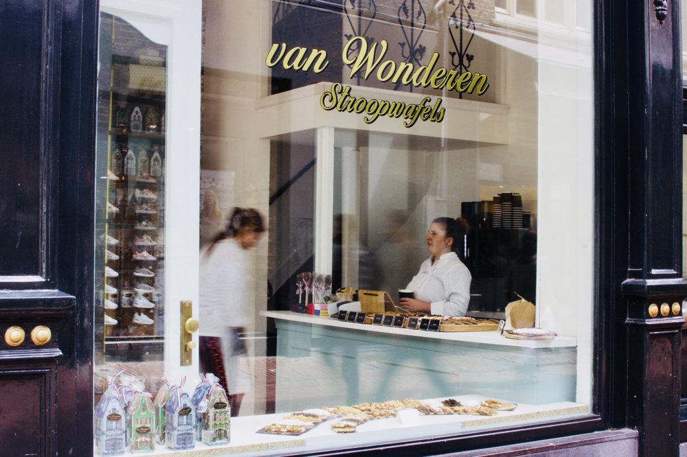 Van Wonderen Stroopwafels pridávajú na stroopwafels viaceré polevy a namáčajú ich v čokoláde.