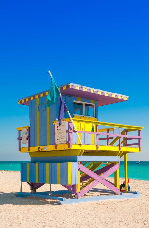 Farebná plavčícka veža na South Beach v Miami na Floride.