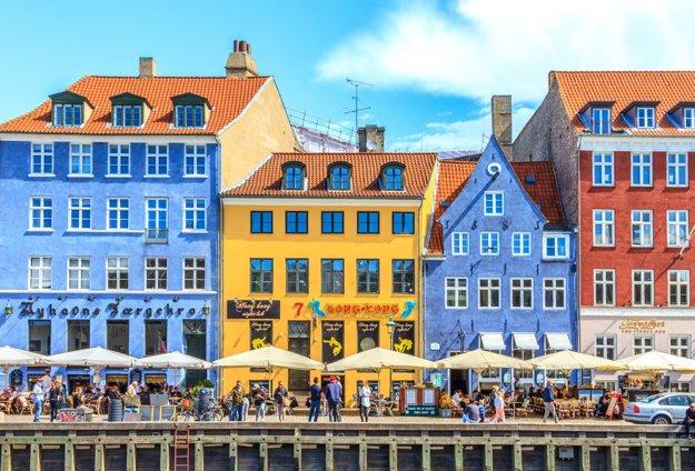Starý prístav Nyhavn je plný farebných domčekov.