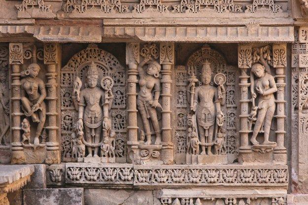 Prepracované sochy na schodisku Rani-Ki-Vav v Patane.