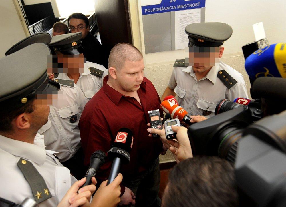 Hlavný podozrivý Richard H.odchádza v sprievode justičnej stráže z pojednávacej miestnosti bez pút.
