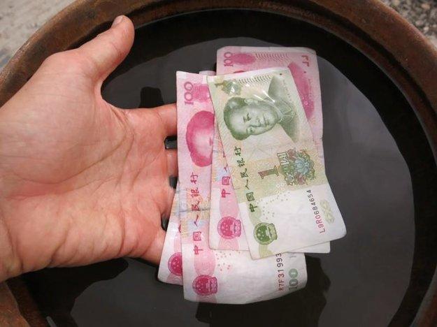 V Číne Hogy našiel peniaze na zemi