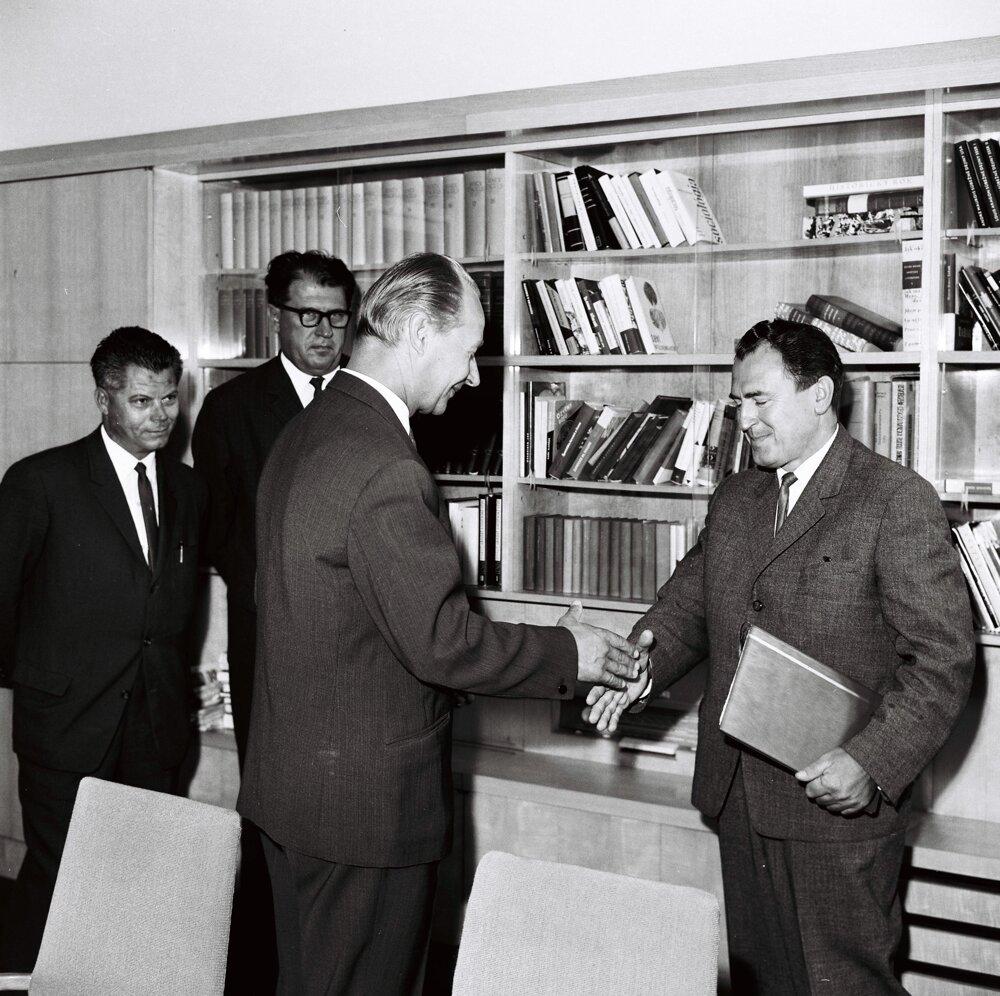 1967 - Dubček blahoželá Vasiľovi Biľakovi k 50. narodeninám.