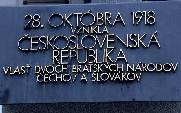 Pamätná tabuľa pripomínajúca vznik Československej republiky pred Slovenským národným múzeom.