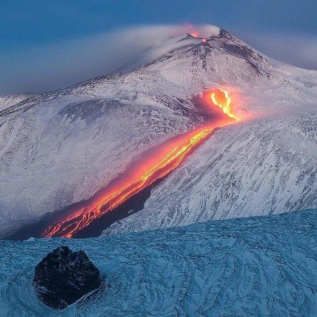 Aktívna talianska sopka Etna stále zo svojich útrob chŕli lávu.
