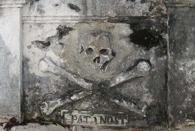 Lebka s prekríženými hnátmi na mexickom náhrobnom kameni