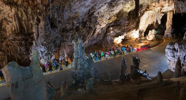 Vláčik v jaskyni Postojna