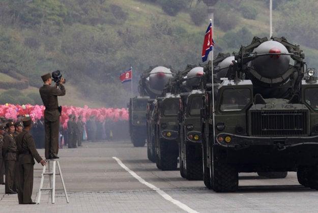 Rakety schopné niesť jadrovú hlavicu na vojenskej prehliadke