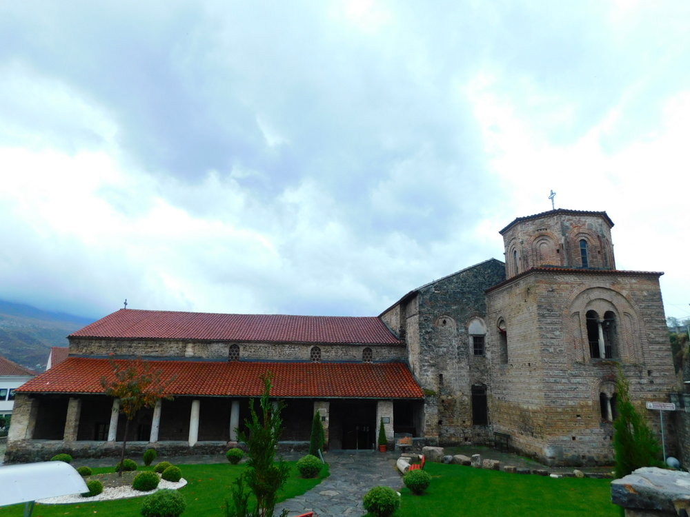 Kostol Svätej Sofie sa nachádza takmer v centre, no predsa je izolovaný.