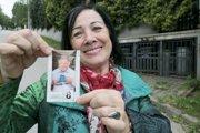 Erika Vincoureková drží roky starý balíček kávy z Mečiarovej kampane.