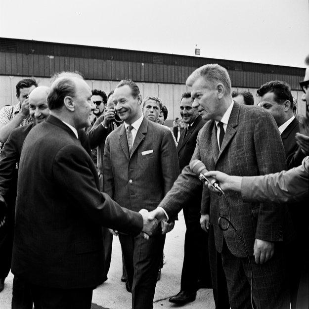 Jánosa Kádára (vľavo) víta člen Predsedníctva ÚV KSČS a  predseda  Národného zhromaždenia Josef Smrkovský (vpravo).