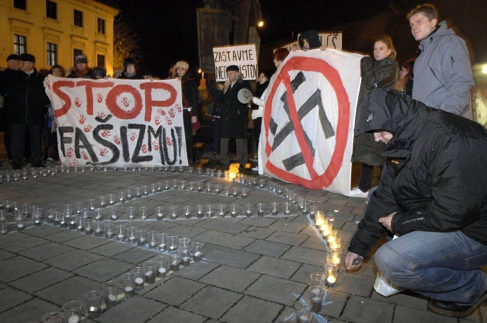 Účastníci pochodu Daniela Tupého zapaľujú sviečky na Rudnayovom námestí 9. novembra 2007 v Bratislave