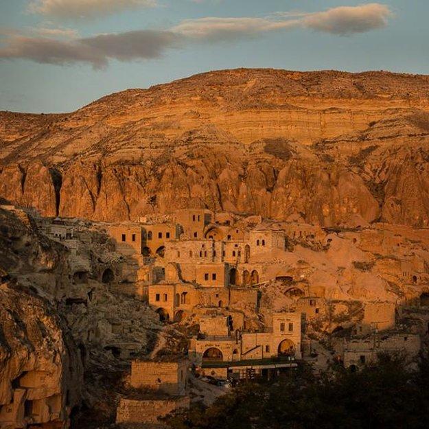 Miesto známe vstavanými domami a chrámami do skál - Cappadocia, Turecko.