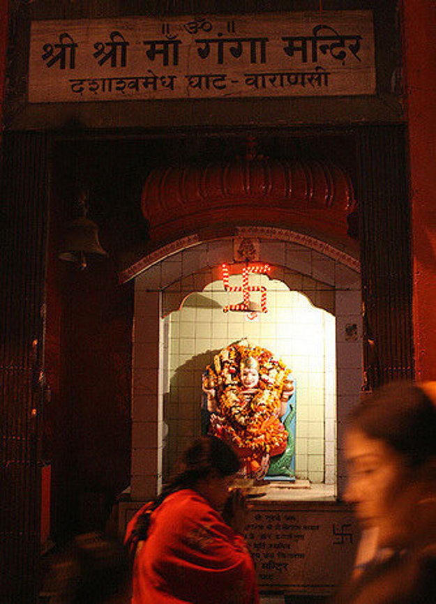 Oltár bohyne Gangy ozdobený svastikami