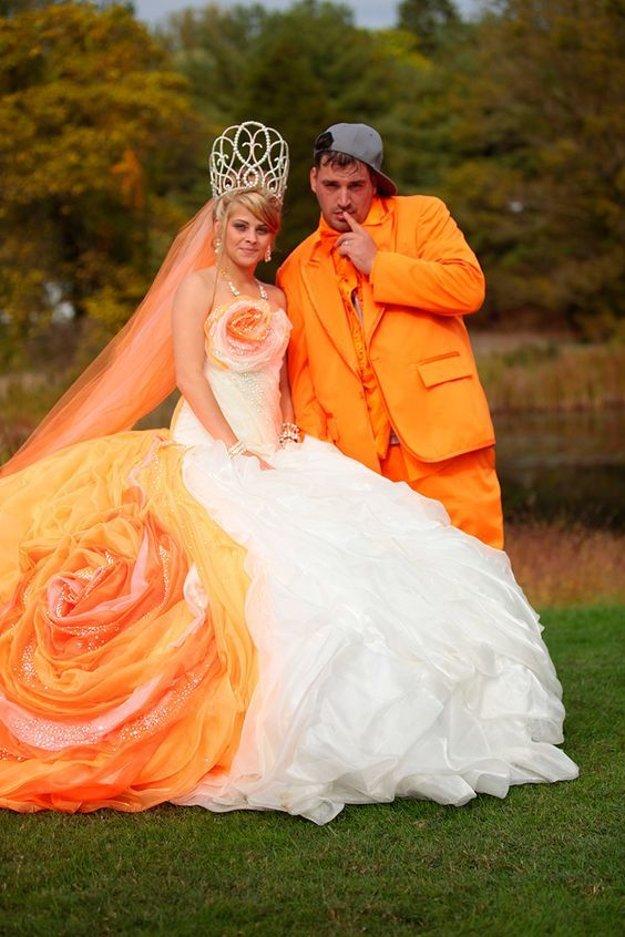 Šaty s vlečkou stříbrem vyšívané, ale princezna to není, jasný pane...