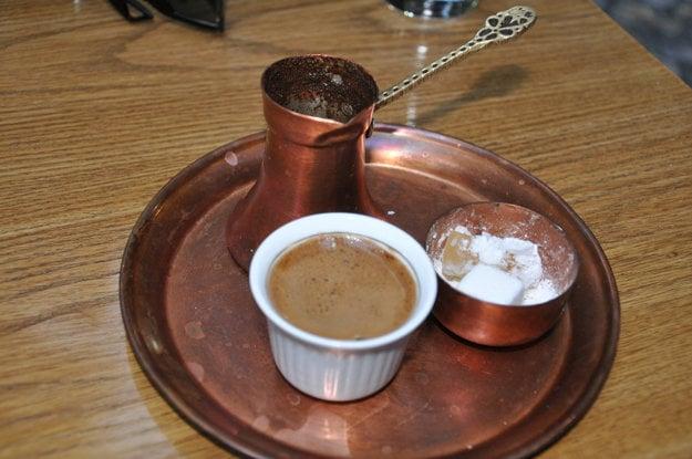 Bosnianska káva, podávaná s cukrom a raham lokum