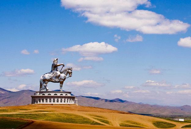 40 metrová jazdecká socha Džingischána na brehu rieky Tul, 54 kilometrov od Ulanbátaru