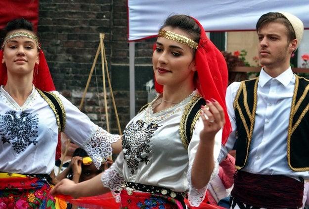 Albánsky dvojhlavý orol na ľudových krojoch