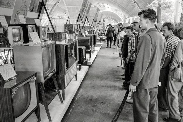Mladí Moskovčania sledujú výdobytky americkej spoločnosti