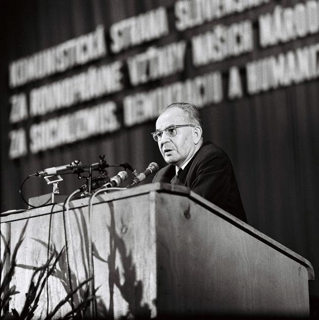 Gustav Husák pri prejave na mimoriadnom zjazde KSS.