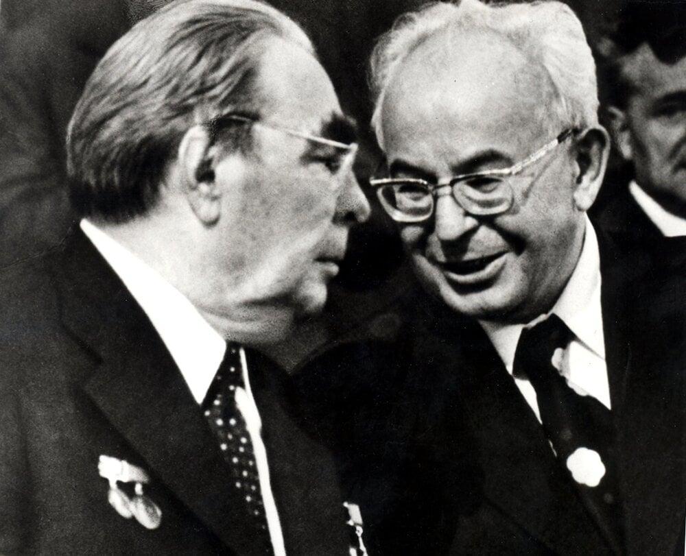 Leonid Brežnev (vľavo) a Gustáv Husák počas oficiálnej priateľskej návštevy sovietskej straníckej delegácie v Prahe v máji 1978.