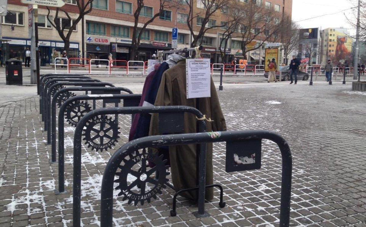Vešiak v centre Bratislavy pomáha bezdomovcom. Aj vy im môžete darovať  bundu či kabát 4b87948c118