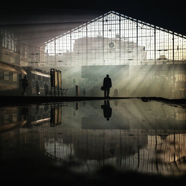 Muž sa díva na odchody vlakov na stanici Nyugati v Budapešti