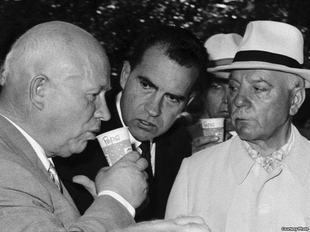 Z výrazu Nikita Chruščova sa dá vyčítať prvotná nedôvera k čiernemu americkému nápoju. Vtedy ešte nevedel, aký šialený obchod jeho krajina uzavrie.
