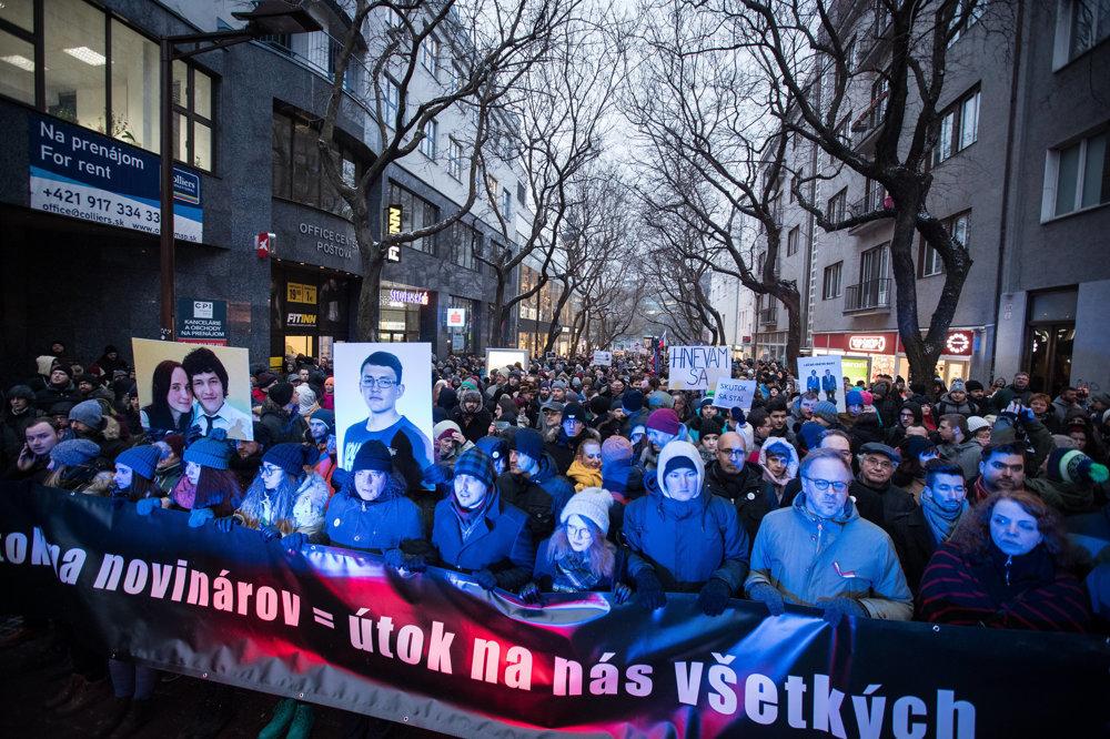 Karolína (štvrtá zľava) na čele piatkového pochodu v Bratislave.