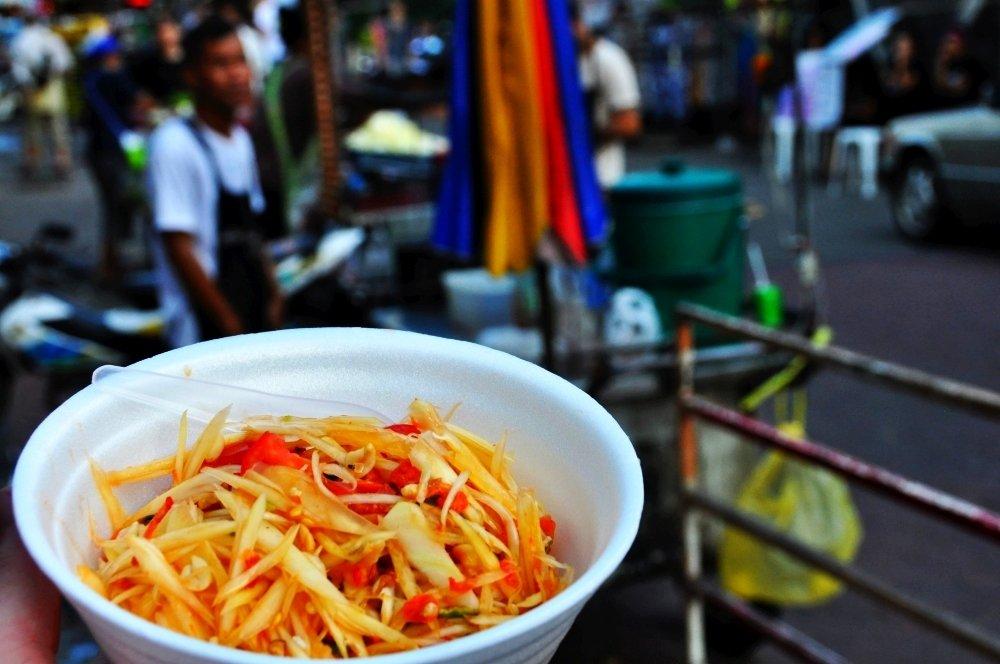 Thajský papájový šalát Som Tam v uliciach Bangkoku.