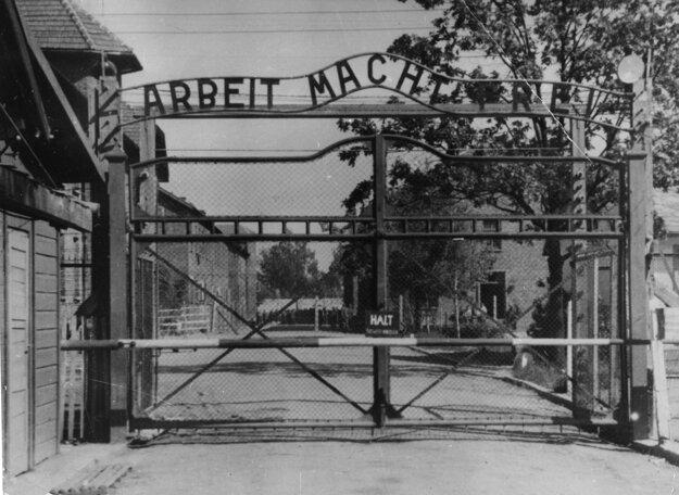 Vstupná brána do koncentračného tábora s nápisom