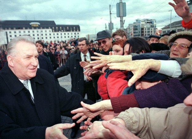 Odstupujúci prezident SR Michal Kováč sa pozdravuje s obyvateľmi počas slávnostnej rozlúčky na nádvorí Grassalkovichovho - Prezidenského paláca v Bratislave 2. marca 1998.