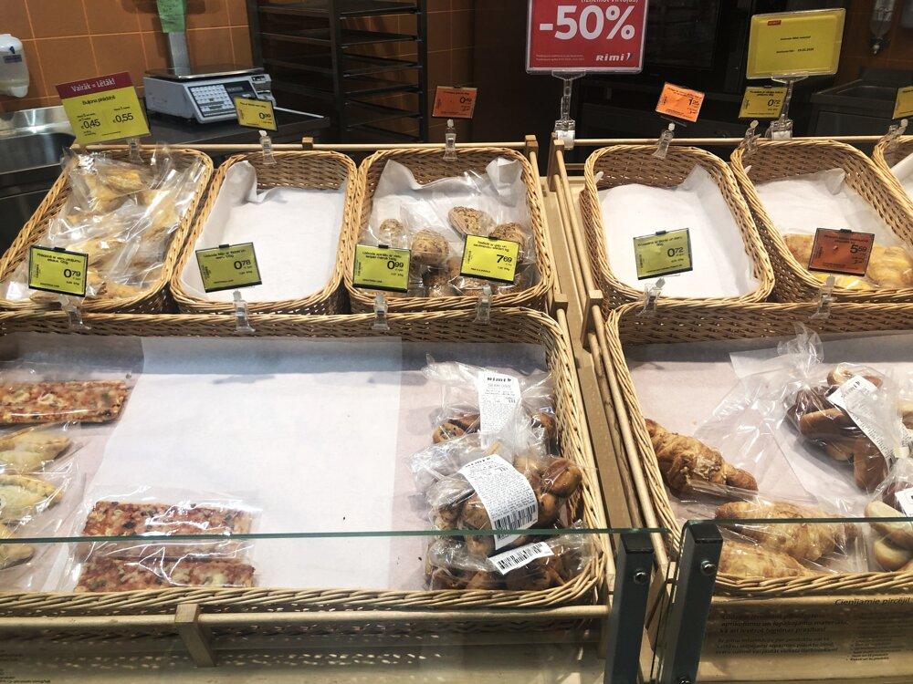 Pečivo zabalené do fólií je kvôli koronavírusu dennou súčasťou obchodov.