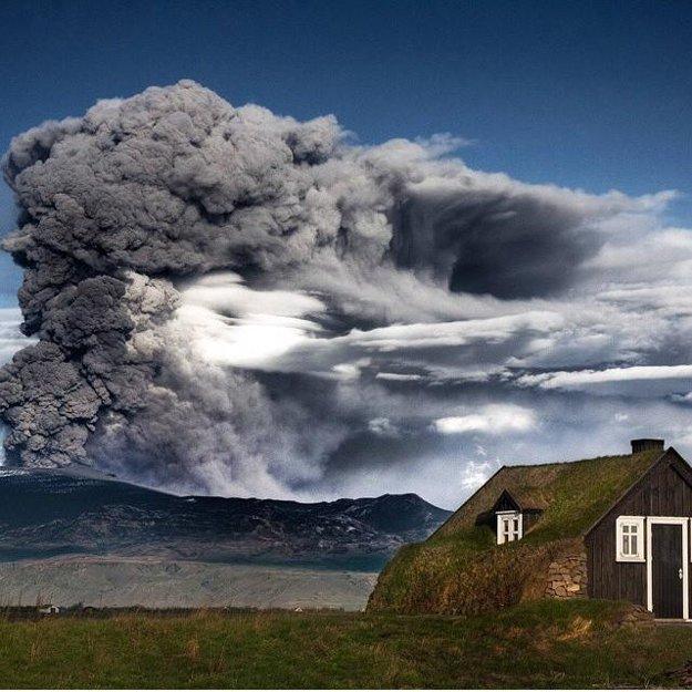 Erupcia sopky v krajine ohňa a ľadu, Island.