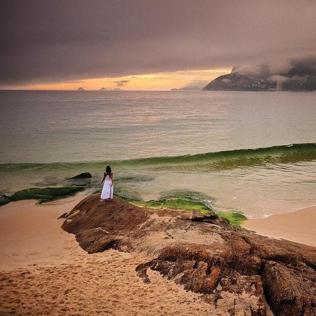 Západ slnka na pláži Ipanema, Rio de Janeiro.