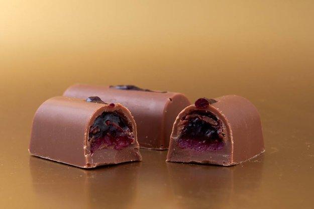 Ríbezľové pralinky v mliečnej čokoláde.