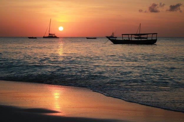 Západ slnka na pláži Nungwi
