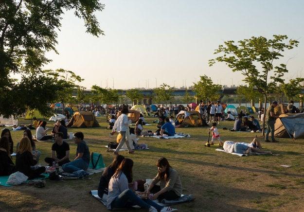 Ľudia odychujúci v parku v Južnej Kórei