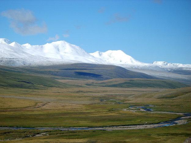 Studená hora úplne naľavo v masíve Tavan Bogd Uul.